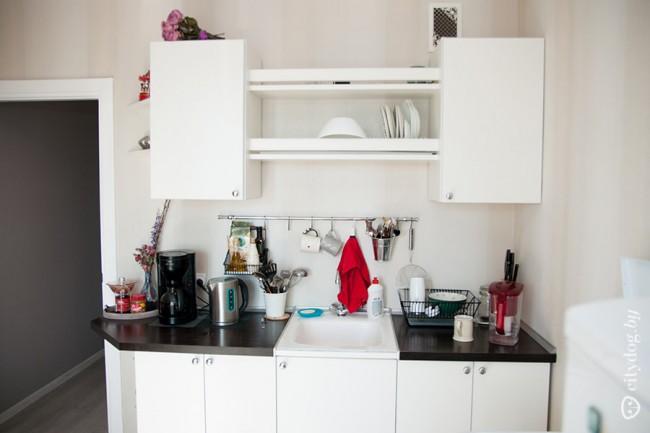Белая кухня 8 кв.м со стелажом в арендной квартире (11 фото)