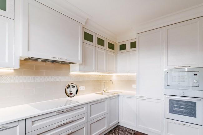 Дизайн кухни 10 кв. со столом-подоконником и двумя стульями. Современная классика