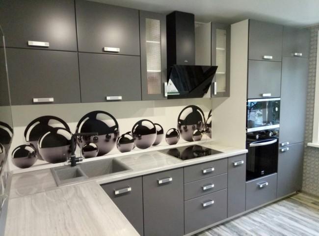 Дизайн серой кухни 12 м с ярким скинали и пеналом для техники