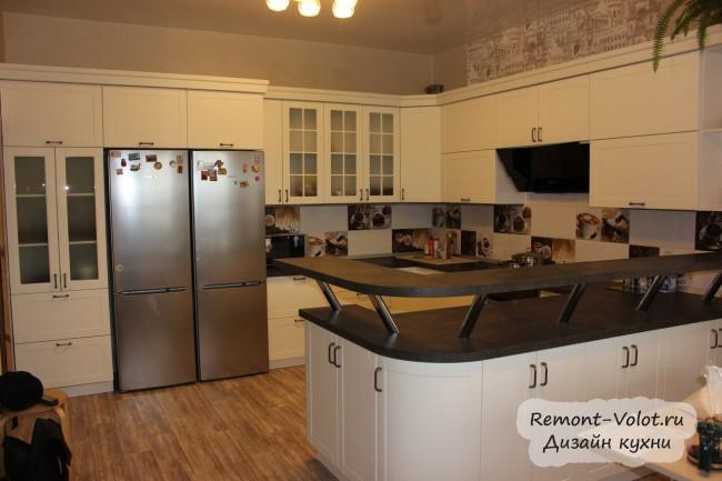 Белая П-образная кухня 20 кв м с черной столешницей