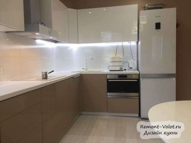 Дизайн кухни-гостиной с диваном и большим овальным столом