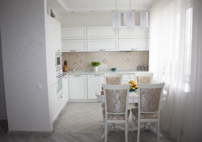 Дизайн белой классической кухни 10 кв. м, совмещенная с гостиной