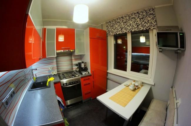 Красная кухня 5,7 кв. в хрущевке со стиральной машиной и встроенным холодильником