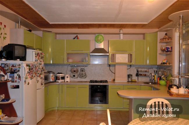 Бюджетная зеленая кухня 22 кв. м с барной стойкой в частном доме
