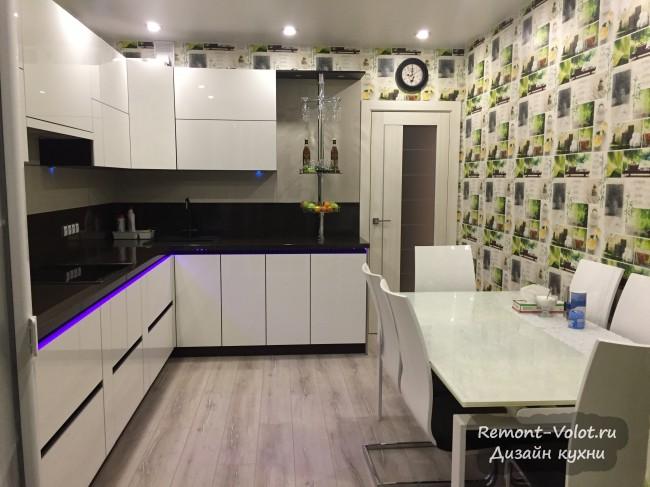 Дизайн черно-белой современной кухни 10 кв. м с фасадами из стекла и без ручек