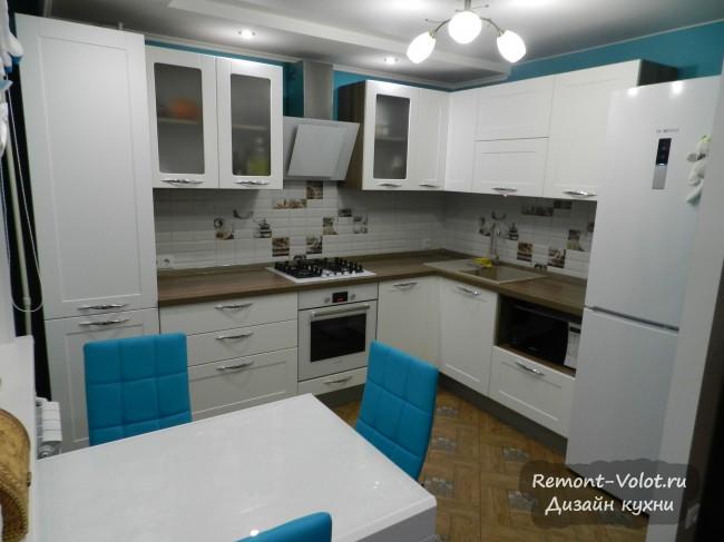 Дизайн белой угловой кухни 9 кв. м, объединенной с гостиной