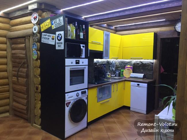 Яркая желтая кухня 20 кв. м с фартуком под камень в деревянном доме