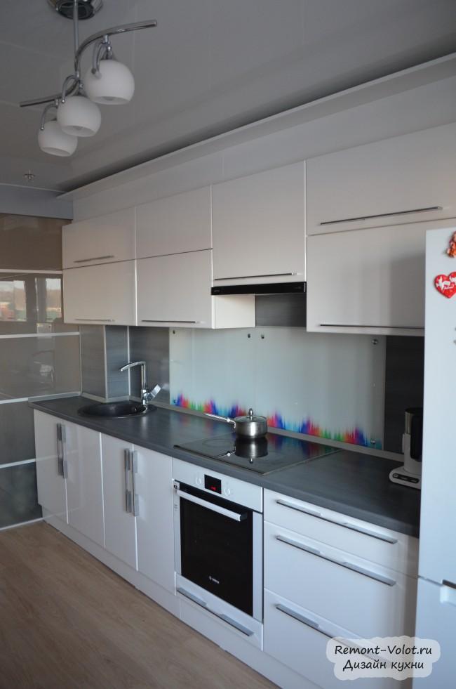 Дизайн белой кухни 14 кв. м с серой столешницей