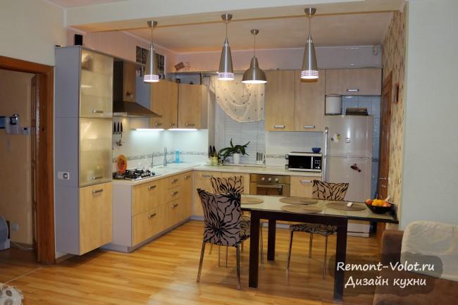 Угловая кухня-гостиная в бежевых тонах в частном доме. ПММ, 4 люстры и подсветка