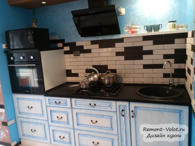 Узкая бело-голубая кухня 6,5 кв. м в старинном стиле, объединенная с балконом