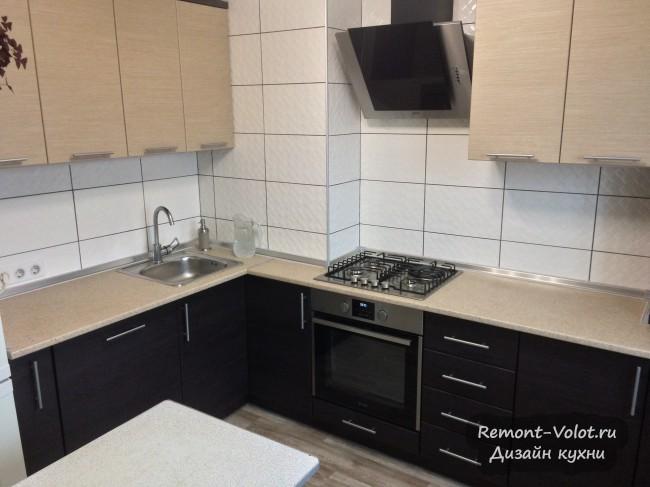 Интерьер бежевой кухни 7 кв. м с газовой колонкой и посудомойкой