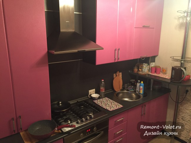 Розовая кухня 9 кв. м с барной стойкой и темным фартуком