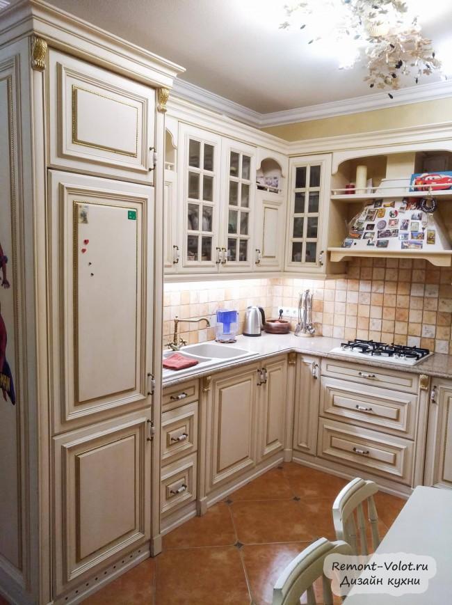 Кухня 9 кв. м, объединенная с гостиной. Классика в бежевом цвете с патиной золото