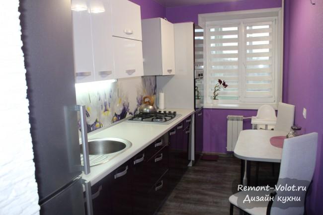 Фиолетовая кухня 7 кв. м с глянцевыми фасадами и фартуком с цветами