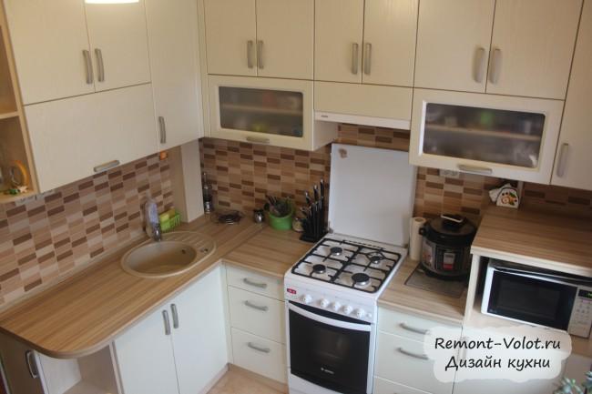 Угловая бежевая кухня 7 кв. м с холодильником и обеденным столом