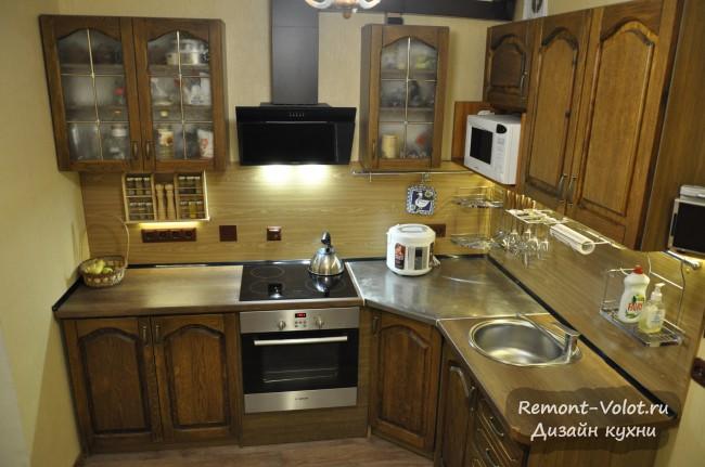 Дизайн классической кухни 9 кв. м из массива дуба с угловым диванчиком