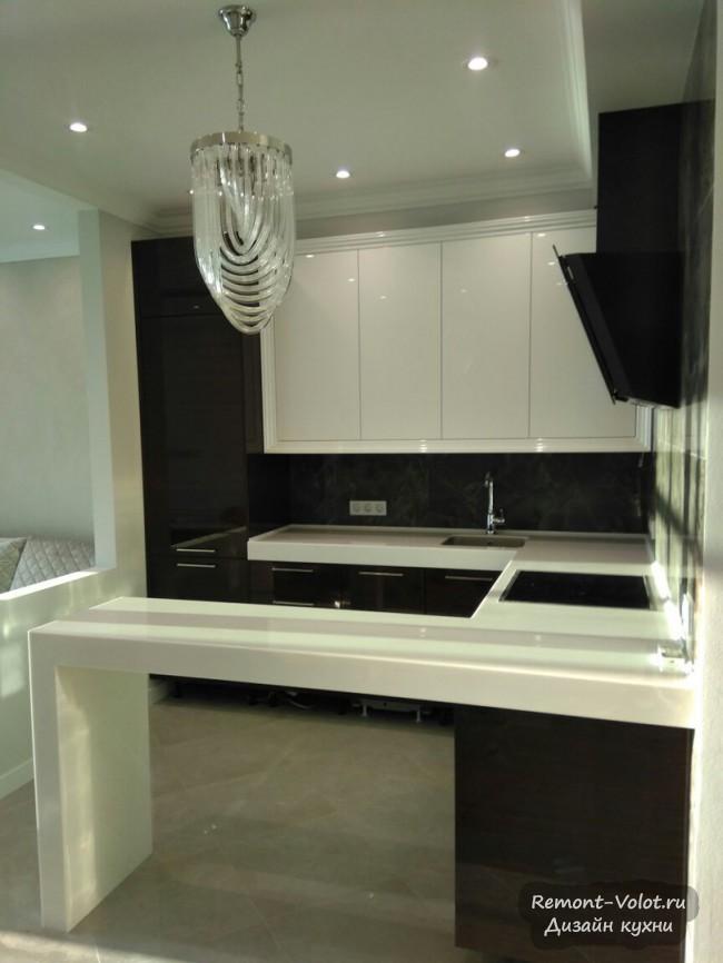 Дизайн большой П-образной кухни 18 кв. м с барной стойкой и встроенной техникой