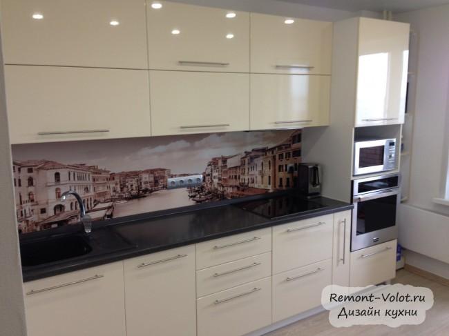 Бежевая кухня 10 м с черной столешницей и Венецией на фартуке