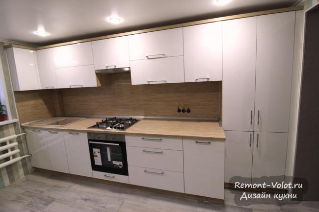 Дизайн белой кухни 18 кв. м со столешницей и фартуком под дерево