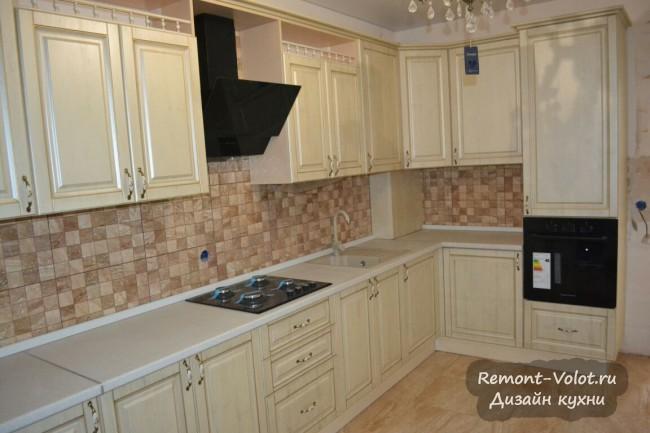 Бежевая кухня 15 кв м в классическом стиле с газовым котлом в углу