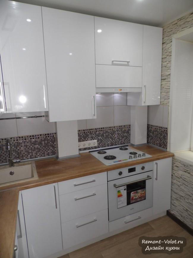 Маленькая угловая кухня 7 кв. м с газовой колонкой в шкафу (9 фото)
