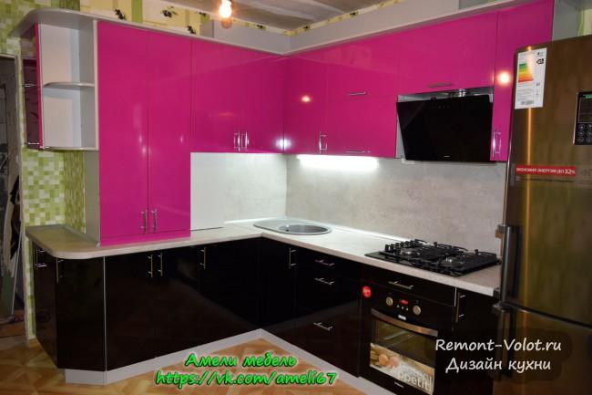 Розовая кухня 15 кв. м с барной стойкой и газовой колонкой в Смоленске