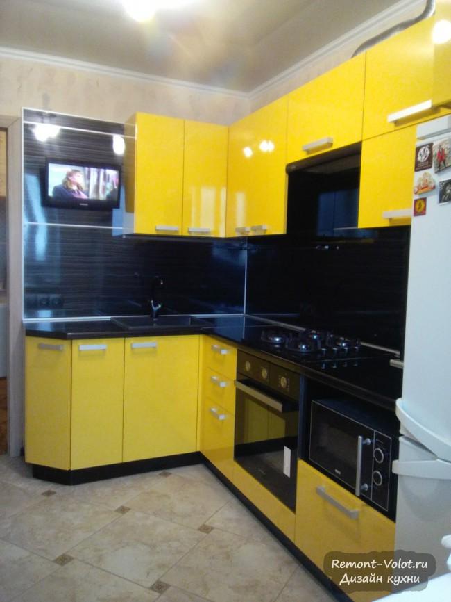 Желтая кухня с черной столешницей и фартуком 9 кв. м