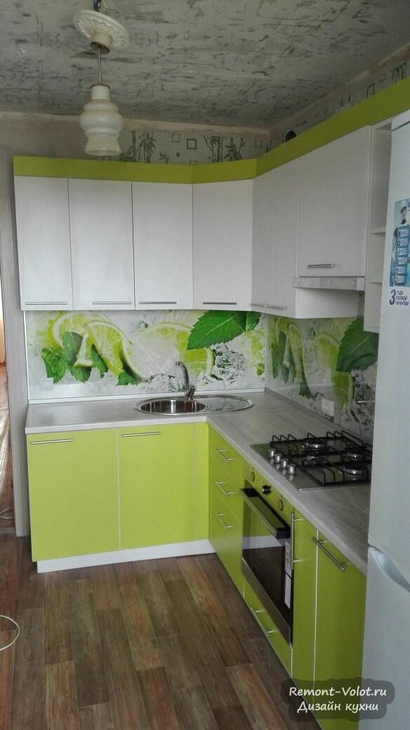 Бюджетная салатовая кухня 10 кв м со скинали с лаймом