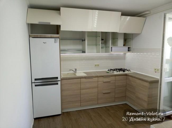 Угловая кухня 17 кв м с фурнитурой Blum, барной стойкой и балконной дверью