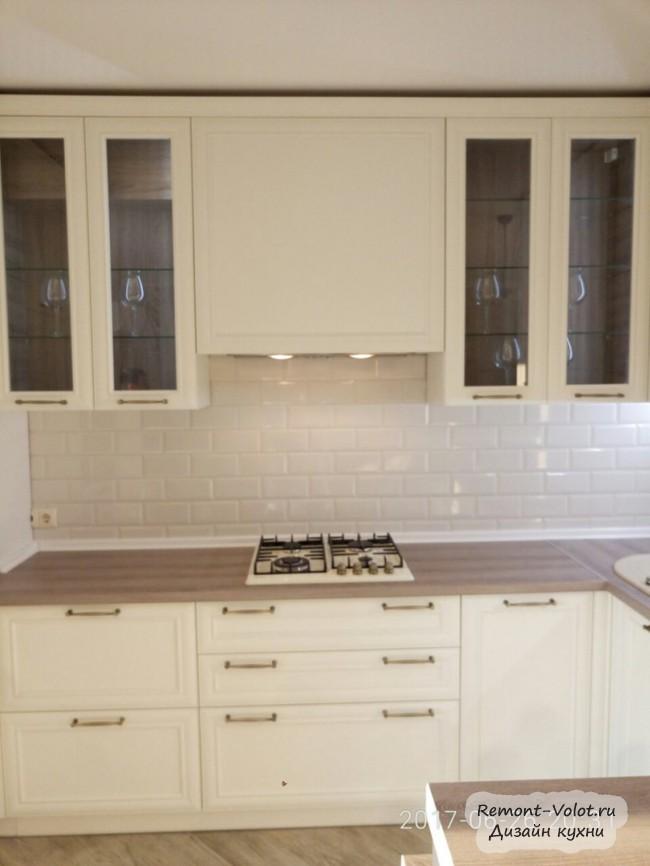 Дизайн светлой классической кухни 15 кв. м с барной стойкой и винной полкой