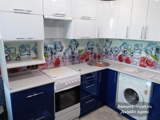 Дизайн глянцевой синей кухни 10 кв. м со скинали с вишнями