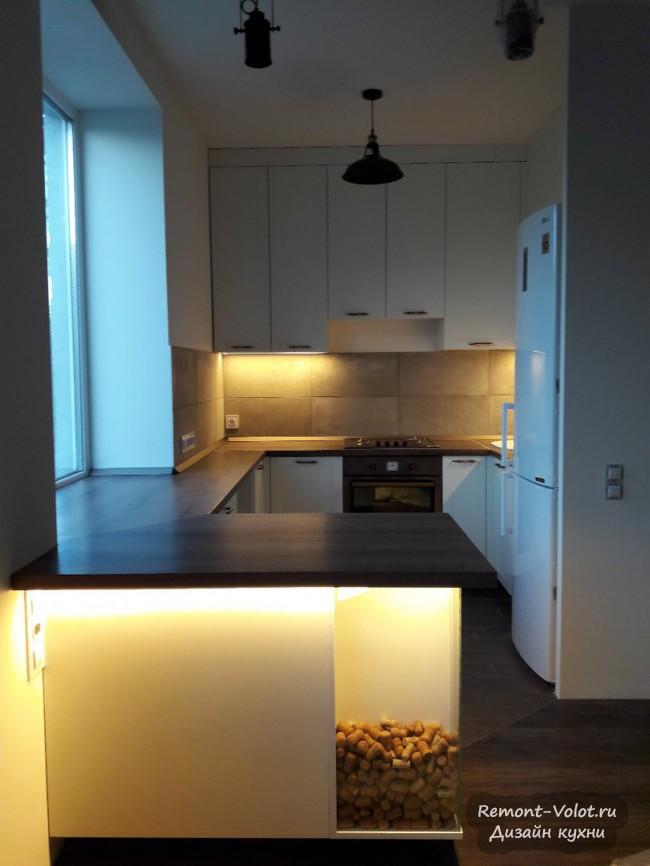 Белая П-образная кухня студия со столешницей-подоконником и барной стойкой
