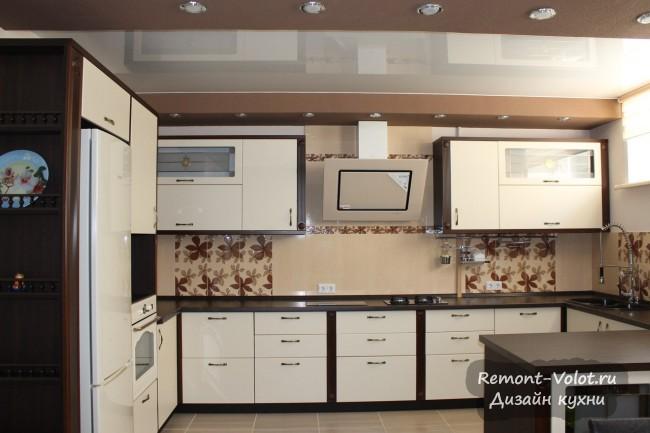 Светлая классическая кухня 20 кв м в частном доме с темной столешницей
