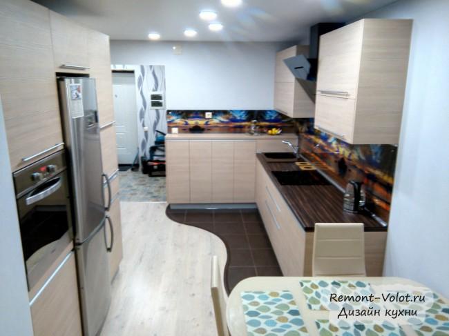 Параллельная кухня 15 кв м в современном стиле с морским пейзажем на скинали