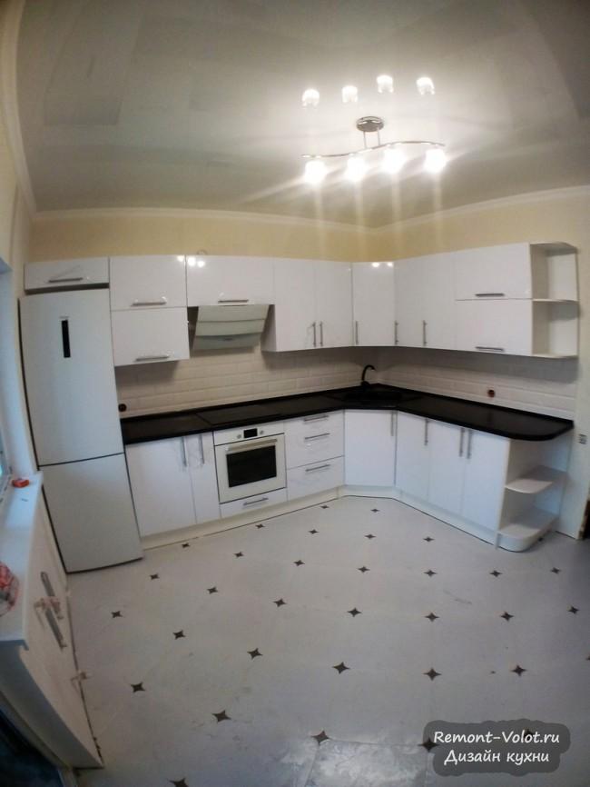 Черно-белая угловая кухня 12 кв. м со встроенной стиральной машиной в Ставрополе