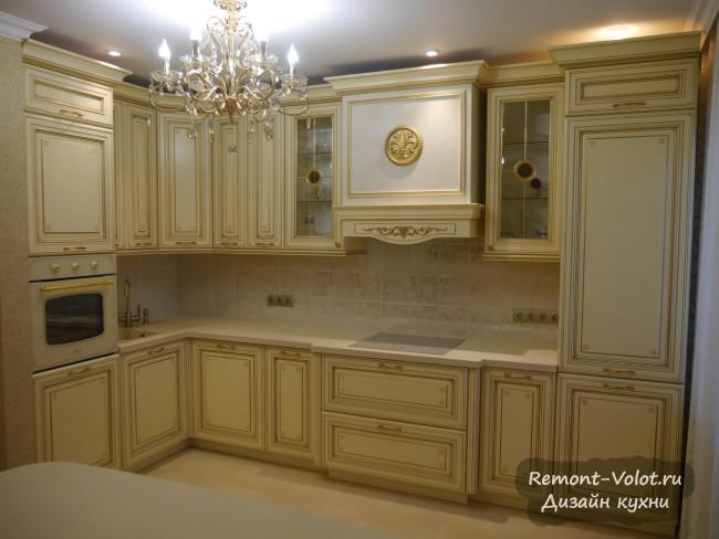 Большая угловая кухня с золотой патиной в стиле дворцовой классики