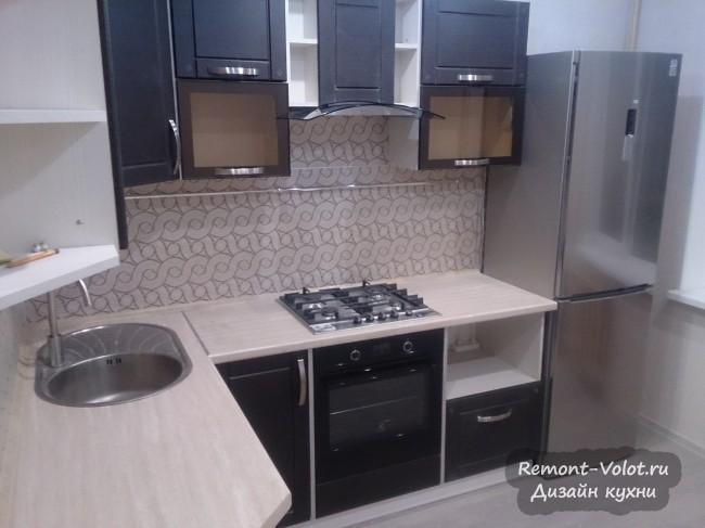 Дизайн угловой темной кухни 12 кв м со светлой столешницей