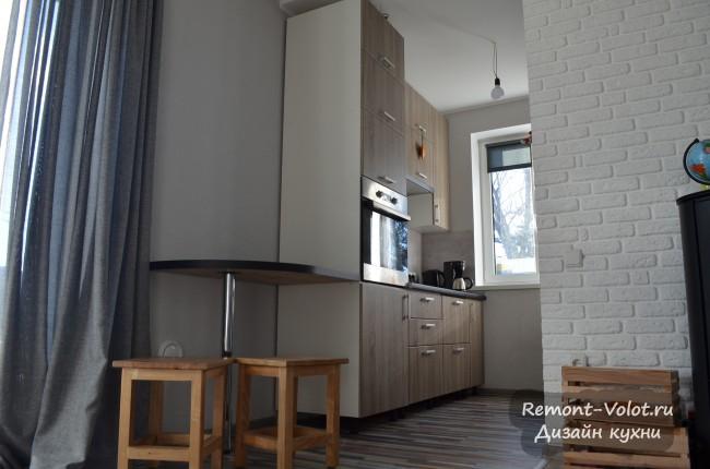 Узкая параллельная кухня 4,4 кв. м с пеналом и барной стойкой в частном доме