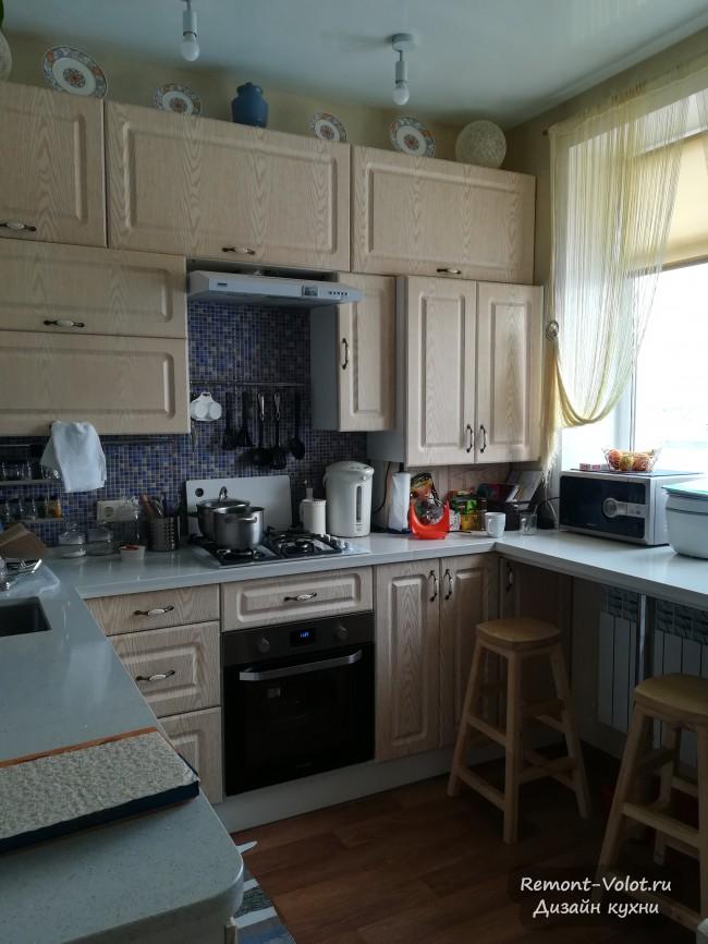 Кухня 13,6 кв. м со стиральной машиной, газовой колонкой и диваном