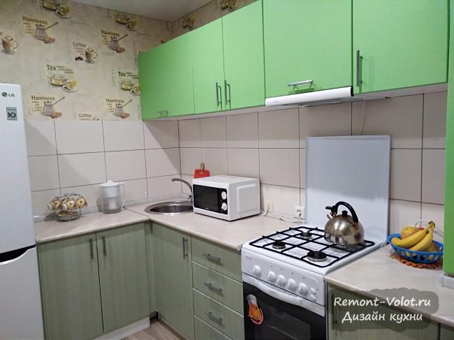 Салатовая угловая кухня 9,6 кв. м cо встроенной газовой колонкой