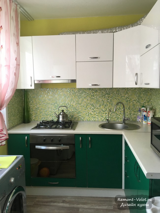 Дизайн зеленой кухни 5,5 кв. м со стиральной машиной и фартуком мозаикой