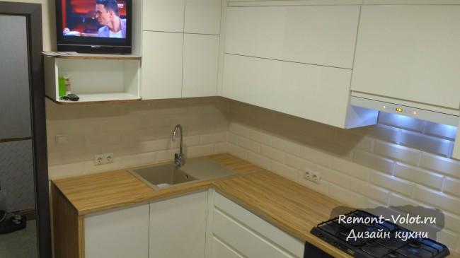 Дизайн белой кухни 7 кв. м с телевизором и ПММ в Витебске