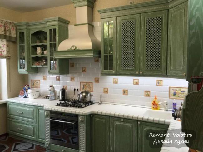 Зеленая кухня в стиле кантри с фасадами из массива за 640 тысяч