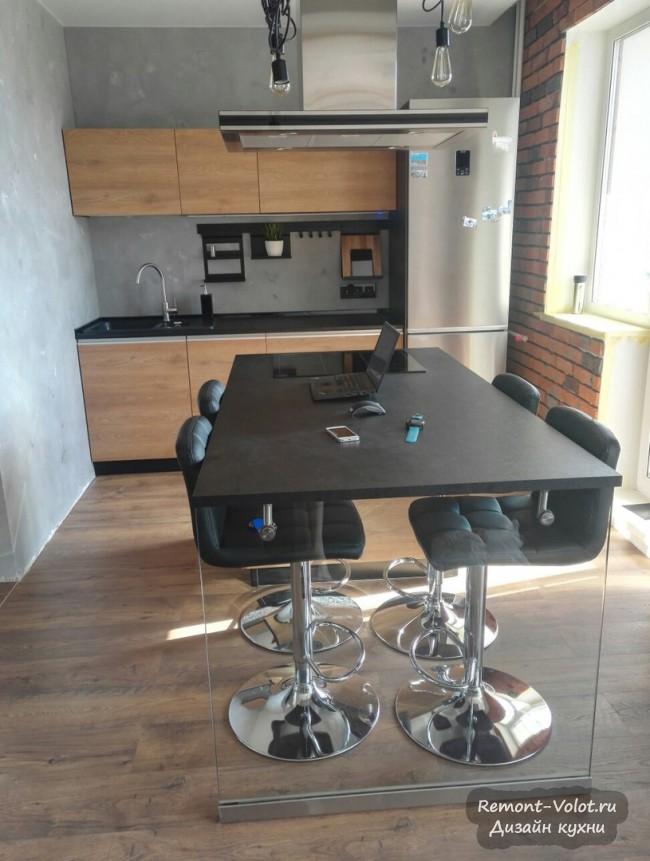 Кухня-гостиная в стиле лофт с островом с варочной панелью и обеденным столом