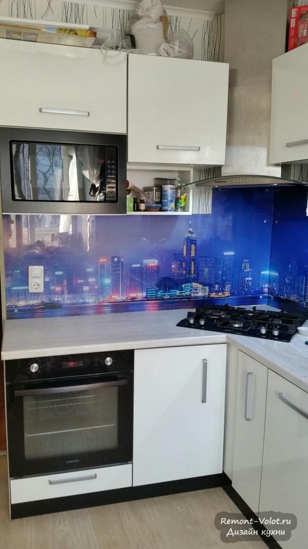 Дизайн белой современной кухни 10 кв. м с варочной панелью в углу