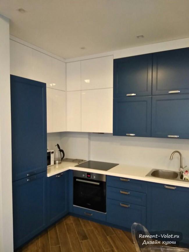Синяя кухня 12 кв м в неоклассическом стиле, совмещенная с гостиной