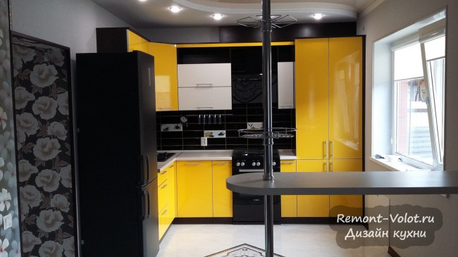 Дизайн желтой кухни с барной стойкой и газовой колонкой