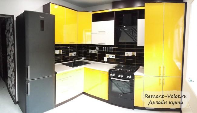 Черная плита и белый холодильник