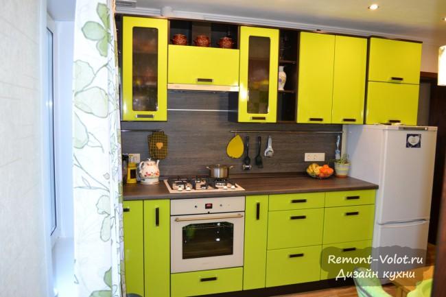 Дизайн зеленой кухни 10 кв. м с высокими нижними шкафами (85 см) в Тюмени