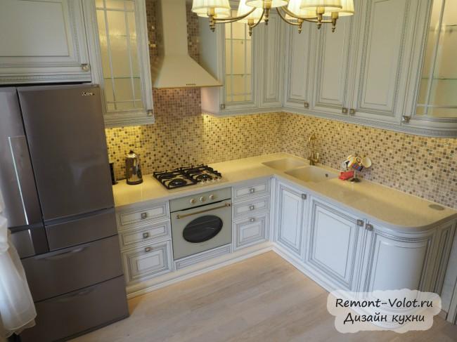 Дизайн белой с патиной кухни 10 кв. м в классическом стиле (10 фото)